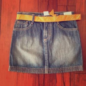 Skirt with orange belt
